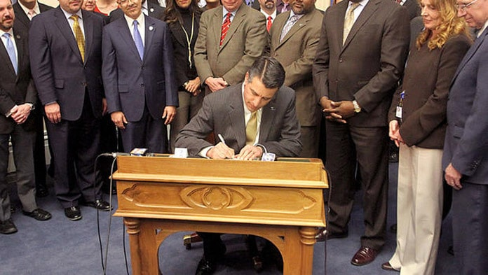 Governor Brian Sandoval signs AB 113 online poker bill in Nevada