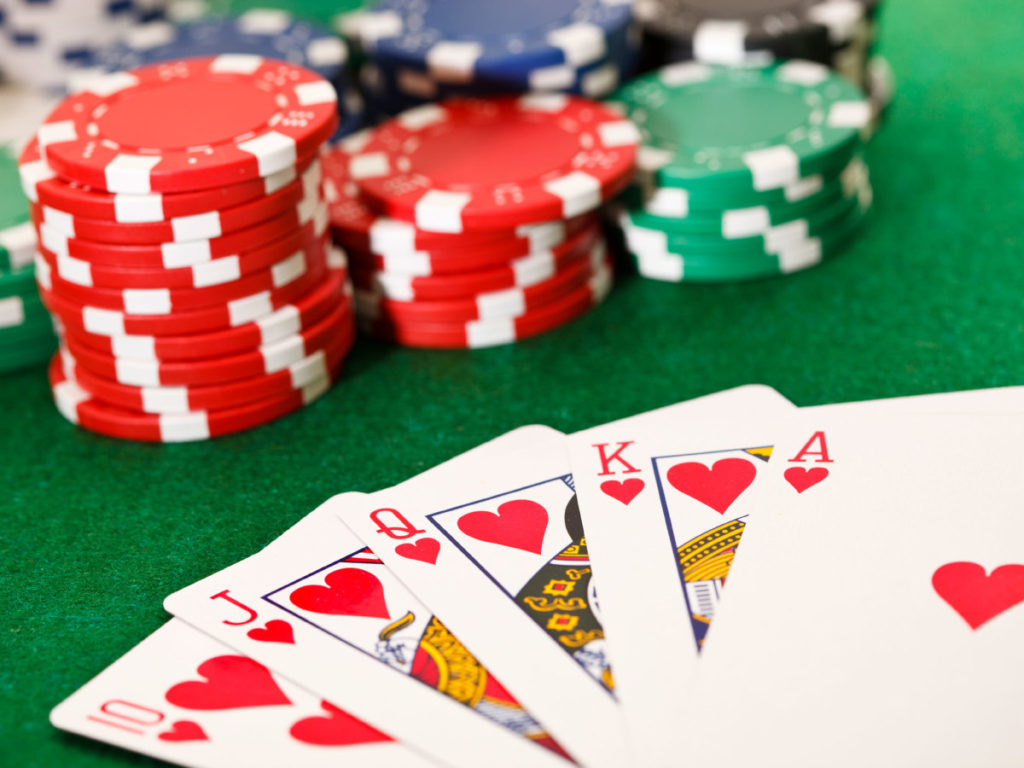 poker-chips-and-a-poker-hand-on-a-green-felt-table